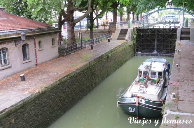 En esta foto se nota que el nivel del agua bajó y por lo tanto, el barco está más bajo.