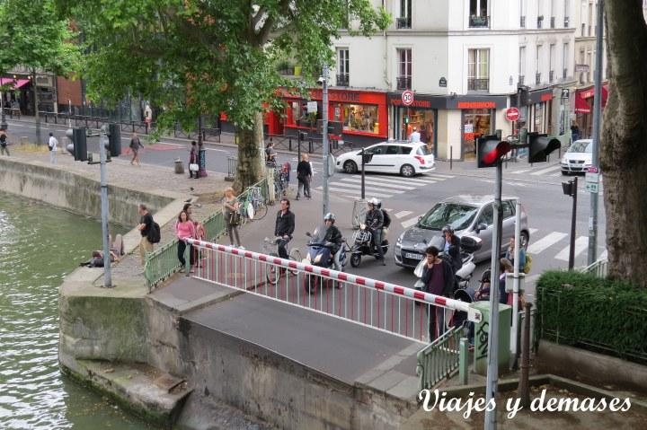 El puente gira hacia la izquierda de la fotografía