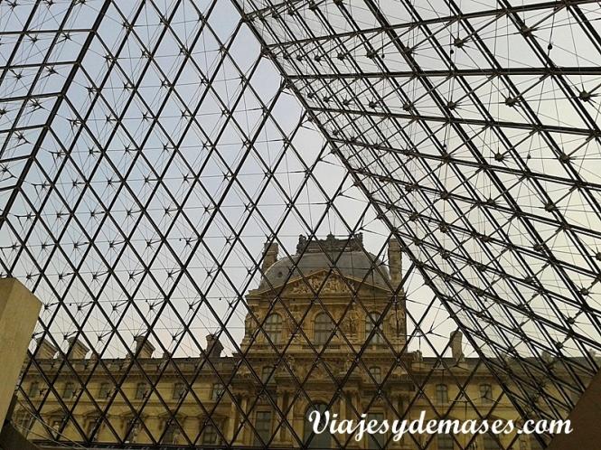 El pirámide del Louvre por dentro.