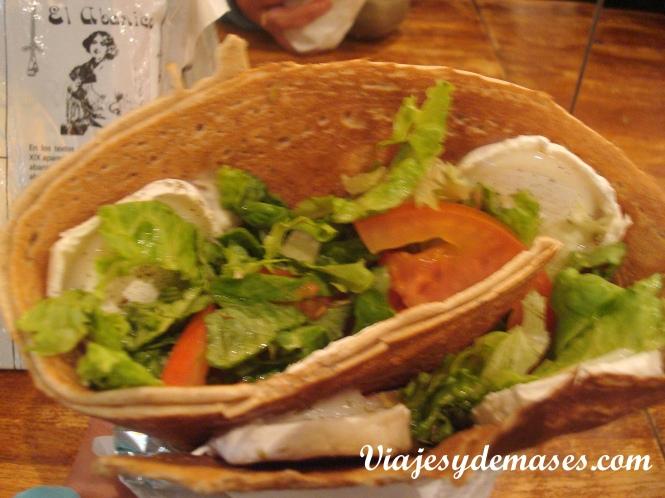 Esta crepe es del Petit Grec: queso de cabra berenjenas, lechuga y tomate.