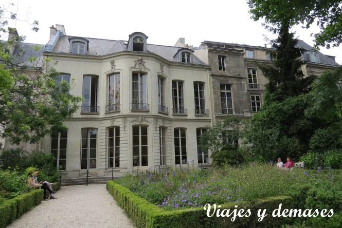 Jardín interior de los Archives Nationales. Este edificio es un hôtel particulier.