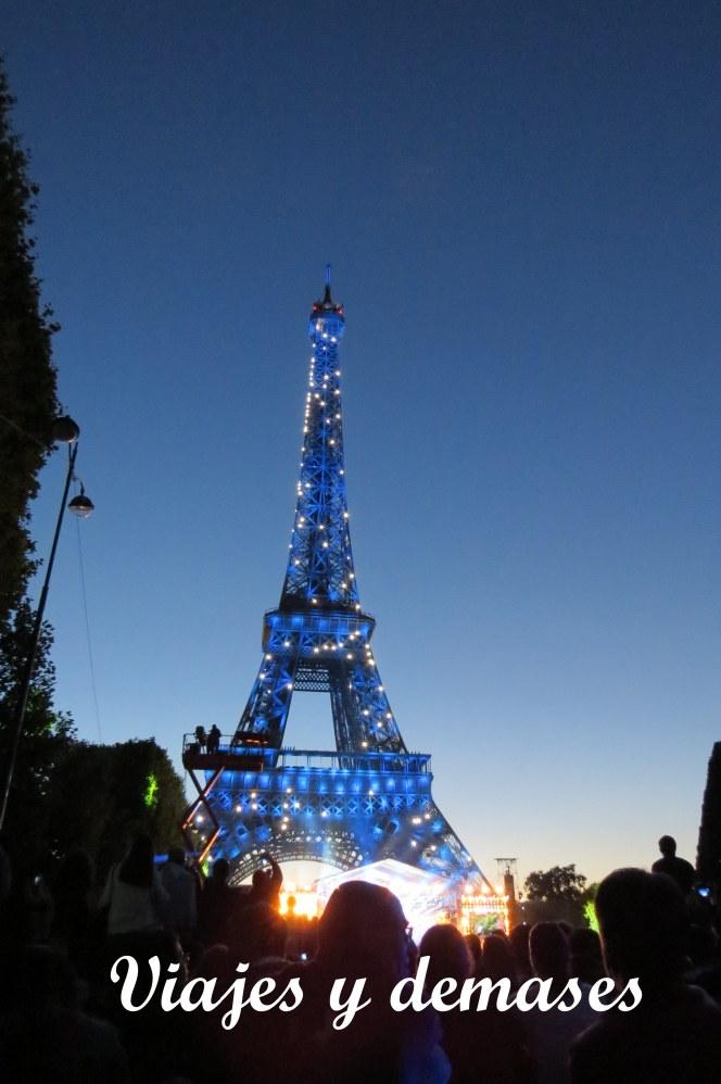La torre cambió varias veces de colores durante el concierto.