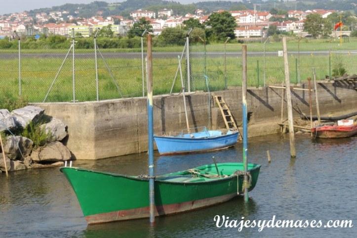 En el estuario hay varios botes estacionados.