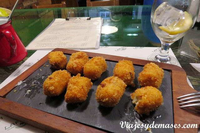 Croquetas: salsa bechamel con queso y jamón.