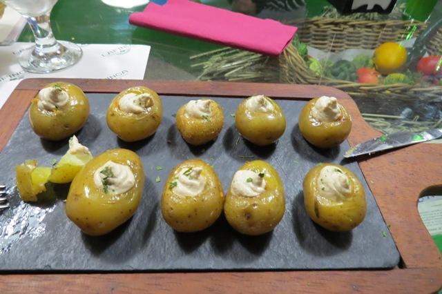 Patatines al cabrales: papas pequeñas cocidas, con queso Cabrales.