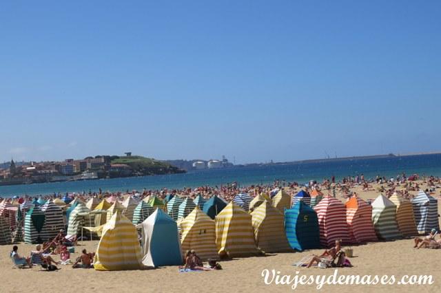 Estas carpitas decoran la playa.