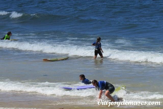 Hay varias escuelas de surf en Gijón.