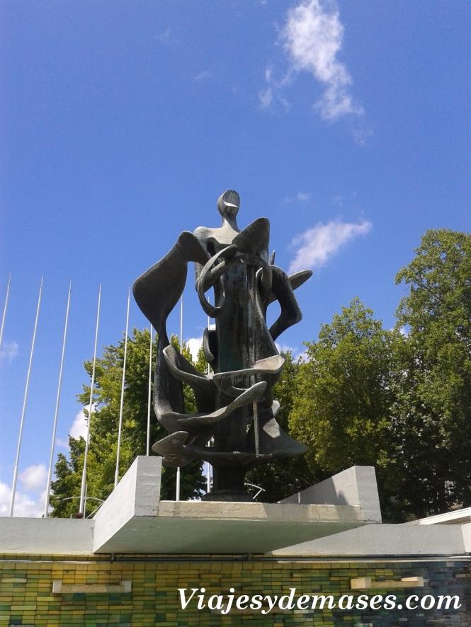 Escultura homenaje a los fundadores.
