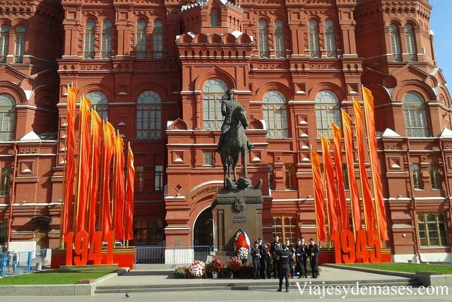 Decoración frente al Museo de Historia.