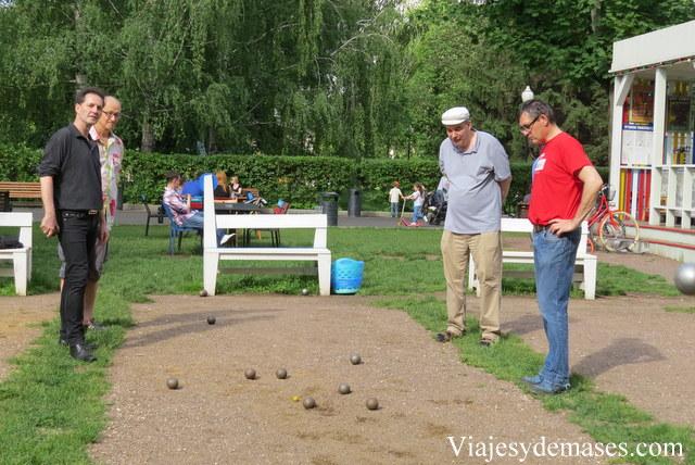 Durante una partida todos miran el suelo.