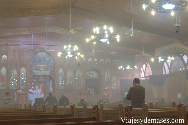 Entramos a otra iglesia y el humo del incienso impide ver con claridad.