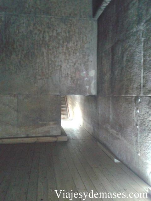 Interior de la  pirámide.
