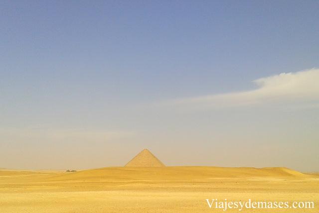 Vista desde lejos de la pirámide roja.