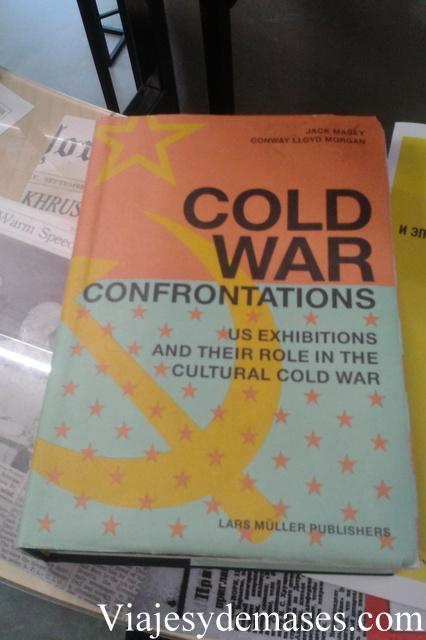 Este libro es buenísimo. Me habría quedado leyéndolo completo.
