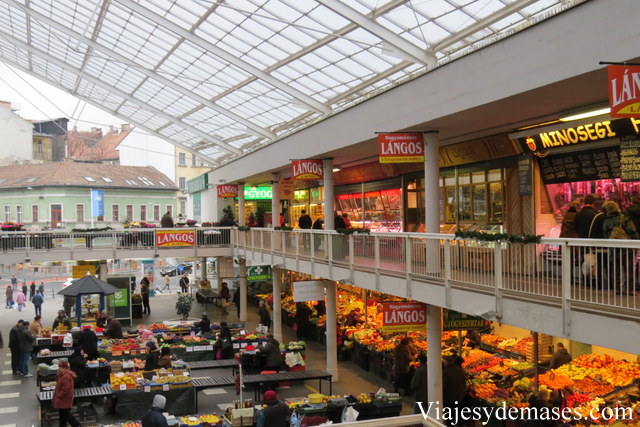 El mercado tiene varias entradas abiertas.