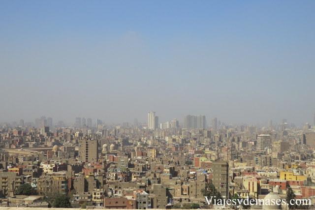 La capa café que se ve en el cielo, es una mezcla de polvo y contaminación.