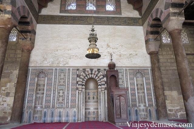 Aquí se apreciar el mihrab, parte hueca, que marca la orientación hacia La Meca, y el Mimbar.