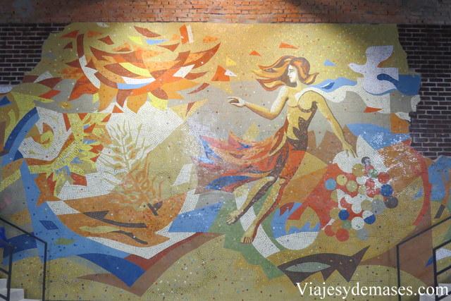 Mosaico situado a un costado de la entrada.