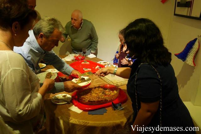 Ayudando a servir el pastel de choclo. ¡Estaba exquisito!