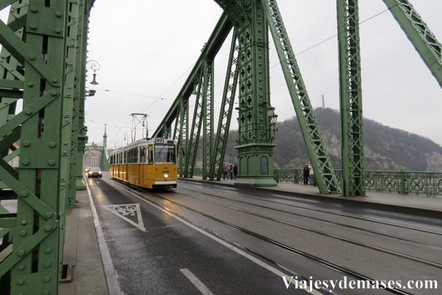 Para ir a los baños Gellert desde el mercado central, hay que cruzar el puente de la Libertad.