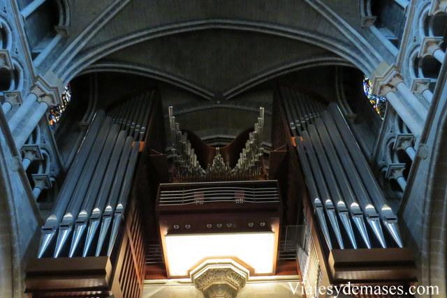 Esa mañana había una persona ensayando en el órgano para pasar un examen para ser el nuevo organista de la catedral.