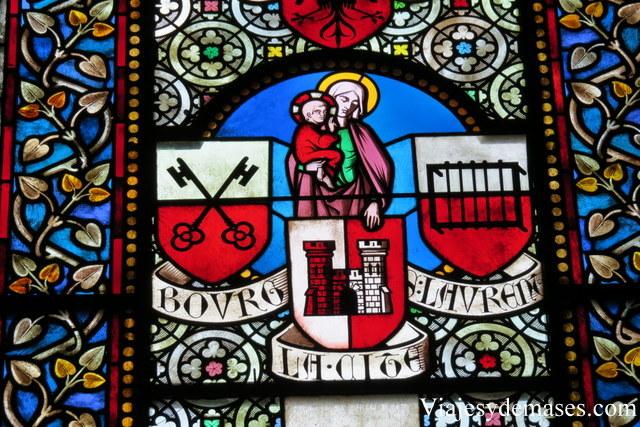Como todo catedral gótica, tiene vitrales.