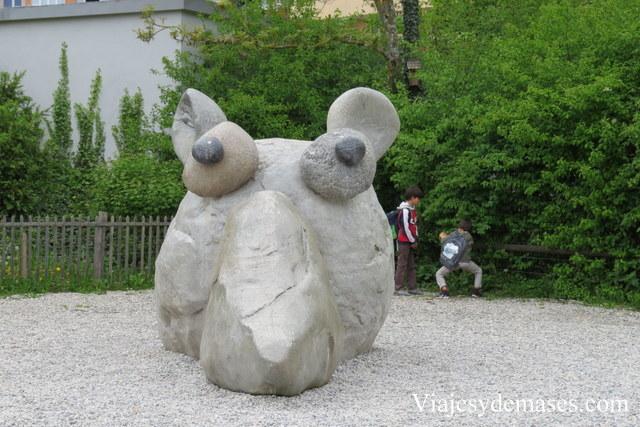 Esta escultura estaba en el patio de un centro comunitario. Por supuesto, los niños se suben.
