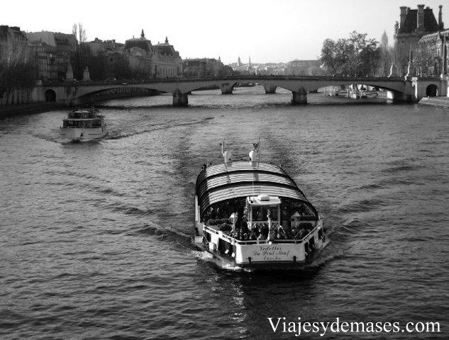 Un bâteau mouche para pasear por el Sena.