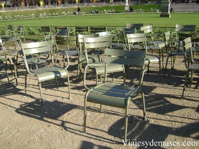 Las sillas del jardín de Luxembourg invitan al descanso y a la lectura.