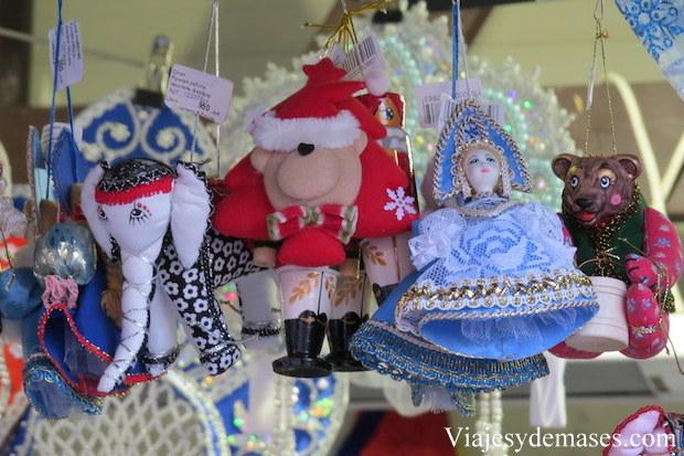 La zarina es la muñeca vestida de azul.
