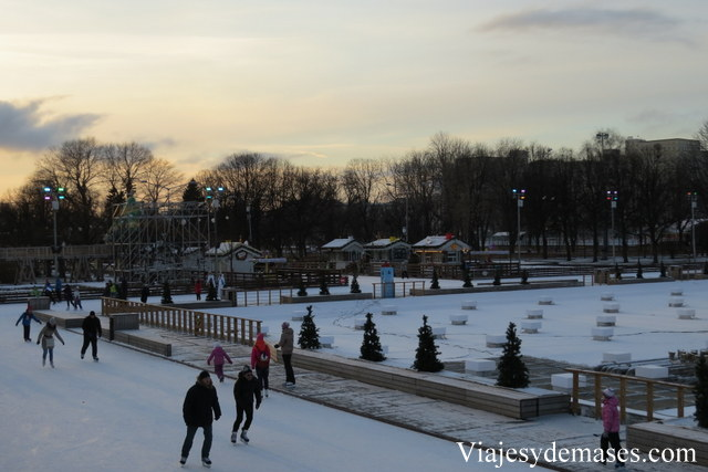 Ir al parque Gorki con pantalón de esquí, es lo mejor para hacer patinaje sobre hielo.