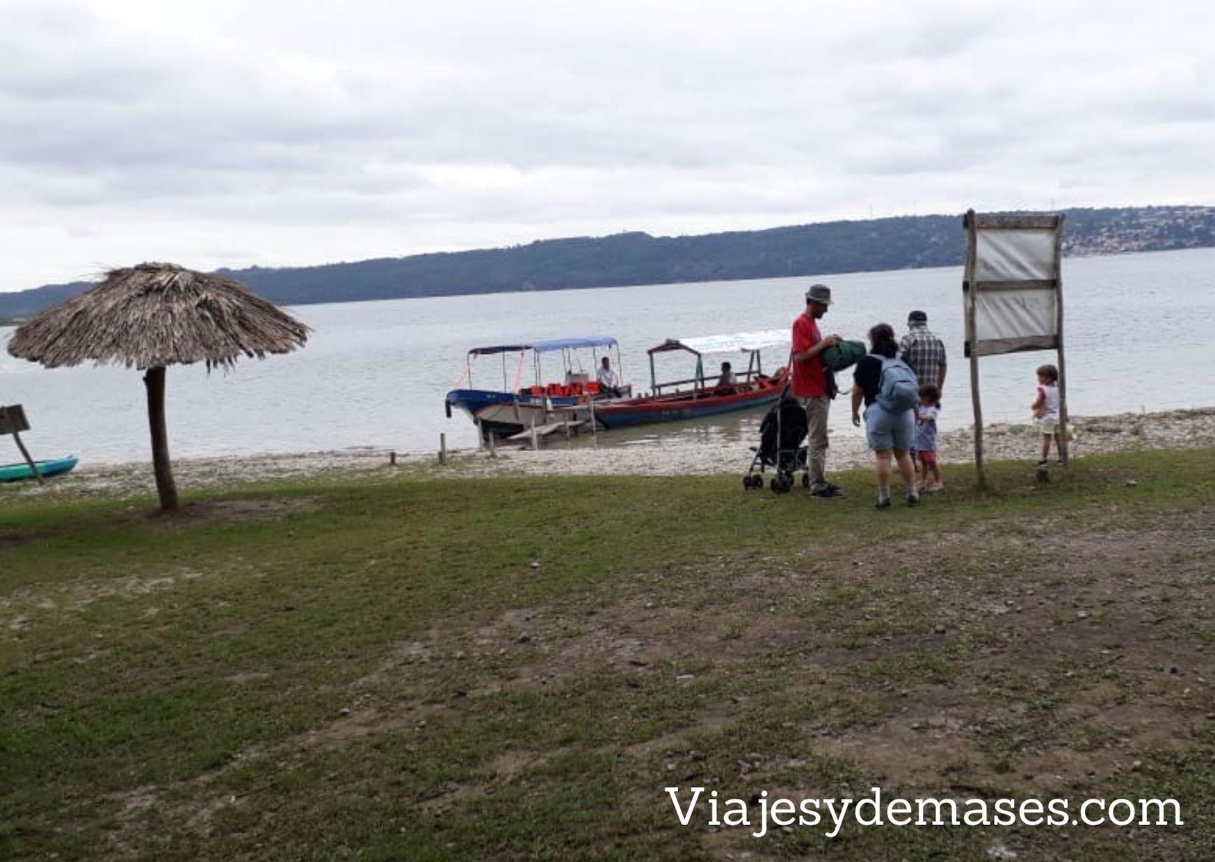 Embarcadero playa Chechenal, Lago Petén Itzá, Guatemala